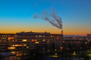 Sonnenaufgang mit Heizkraftwerk