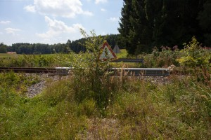 Stillgelegter Bahnübergang zwischen Tulling und Steinhöring.