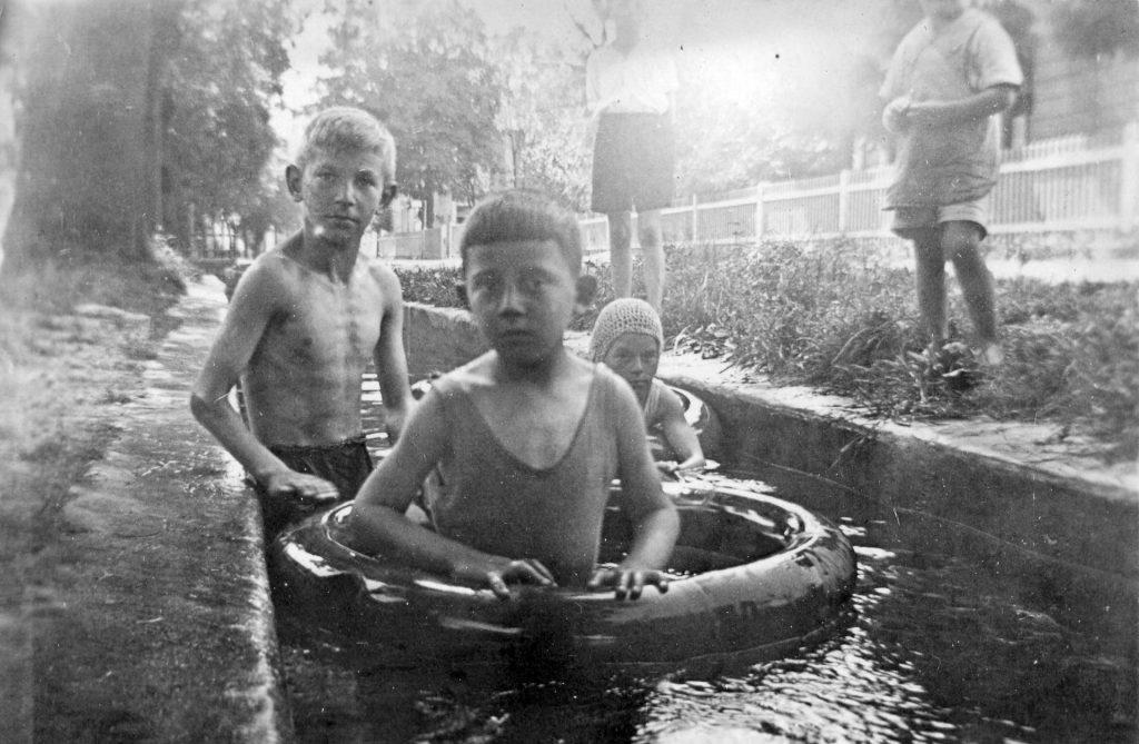 Kinder baden im Hachinger Bach an der Sebastian-Bauer-Strasse im August 1932