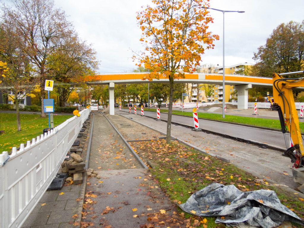 Orange Fußgängerbrücke Friedrich-Engels-Bogen