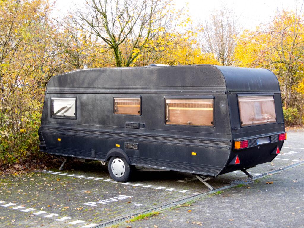 Schwarzer Wohnwagen
